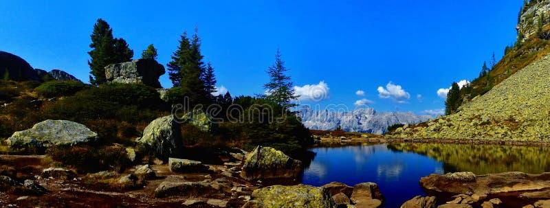 Dużej wysokości góry sceniczny krajobraz z halnym jeziorem zdjęcia stock
