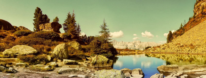 Dużej wysokości góry sceniczny krajobraz z halnym jeziorem fotografia royalty free