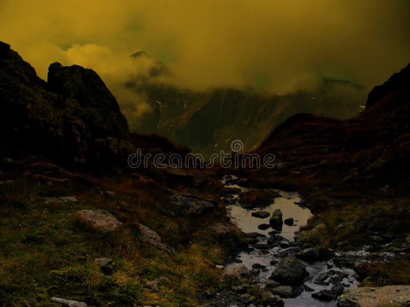 Dużej wysokości góry sceniczny krajobraz z strumykiem fotografia royalty free