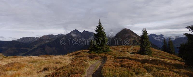 Dużej wysokości góry sceniczny krajobraz z wycieczkować ścieżkę zdjęcie stock