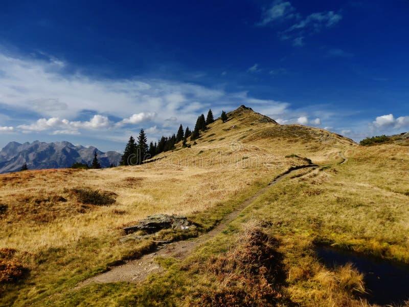 Dużej wysokości góry sceniczny krajobraz z wycieczkować ścieżkę obrazy stock