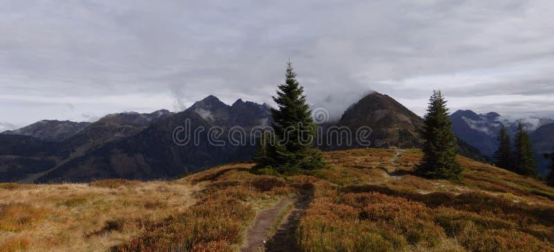 Dużej wysokości góry sceniczny krajobraz z wycieczkować ścieżkę zdjęcia stock