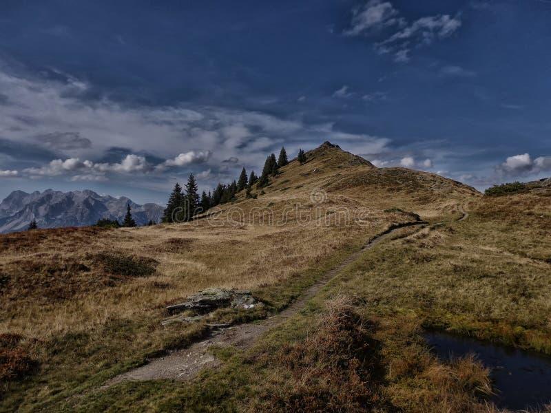 Dużej wysokości góry sceniczny krajobraz z wycieczkować ścieżkę obraz stock