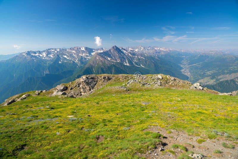 Dużej wysokości krajobrazowy idylliczny uncontaminated środowisko Lato eksploracja na Alps i przygody Ekspansywny widok od abo zdjęcie royalty free