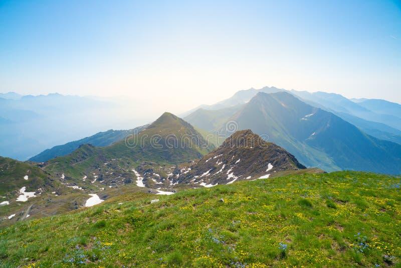 Dużej wysokości krajobrazowy idylliczny uncontaminated środowisko Lato eksploracja na Alps i przygody Ekspansywny widok od abo zdjęcie stock