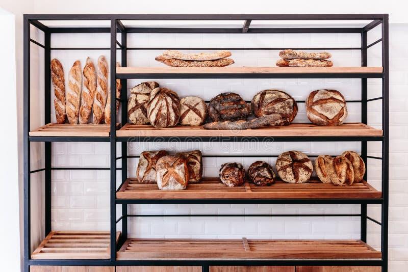 Dużo świeżo piec chleb na półce tak jak nuage, baguette i przeliterowany chleb, obraz stock