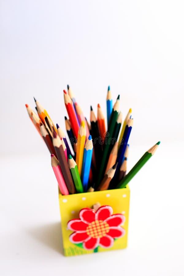 Dużo barwią ołówki w ślicznym pudełku kolorowe o??wki obraz royalty free