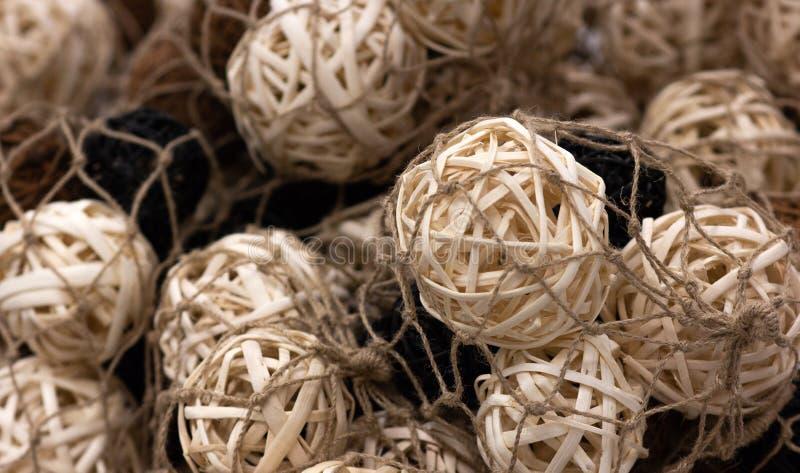 Dużo drewniane naturalne wewnętrzne dekoracyjne łozinowe piłki, zakończenie zdjęcie royalty free