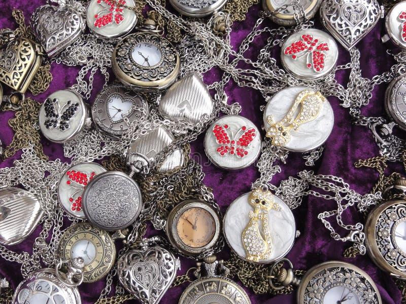 Dużo osrebrzają dama zegarki na fiołkowym aksamitnym tle zdjęcia royalty free