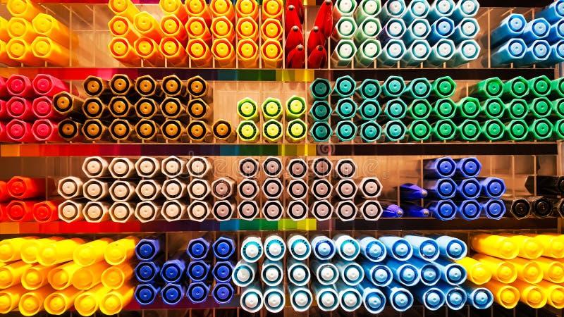 Dużo piękny i colourful pióra, magia atramenty, pióra, ołówka pojęcie w pudełku półka, odgórnego widoku tekstura lub t obrazy royalty free