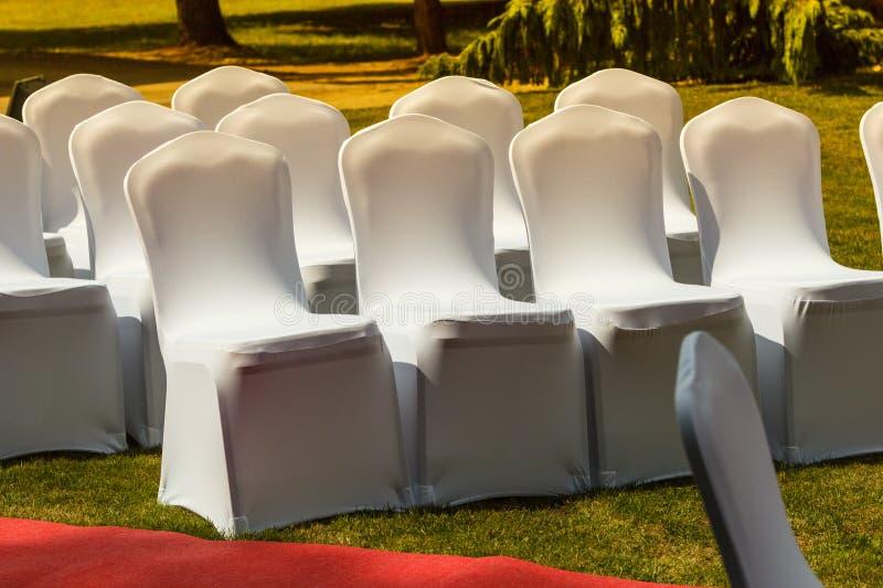Dużo poślubia krzesła z białymi eleganckimi pokrywami zdjęcie stock