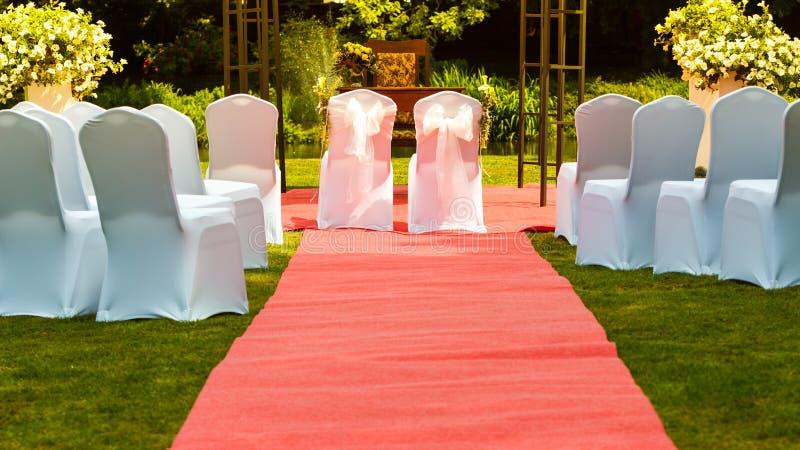 Dużo poślubia krzesła z białymi eleganckimi pokrywami zdjęcia royalty free