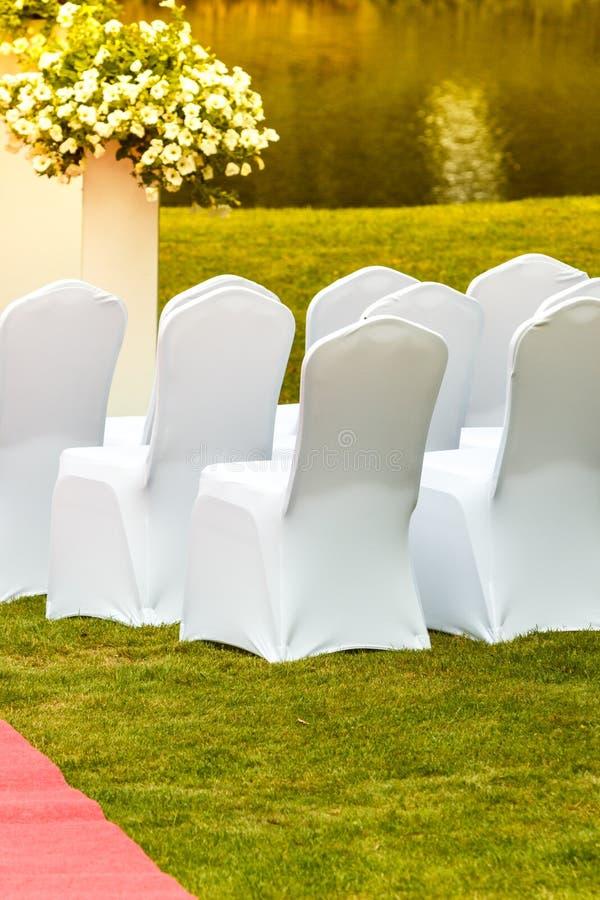 Dużo poślubia krzesła z białymi eleganckimi pokrywami obrazy stock