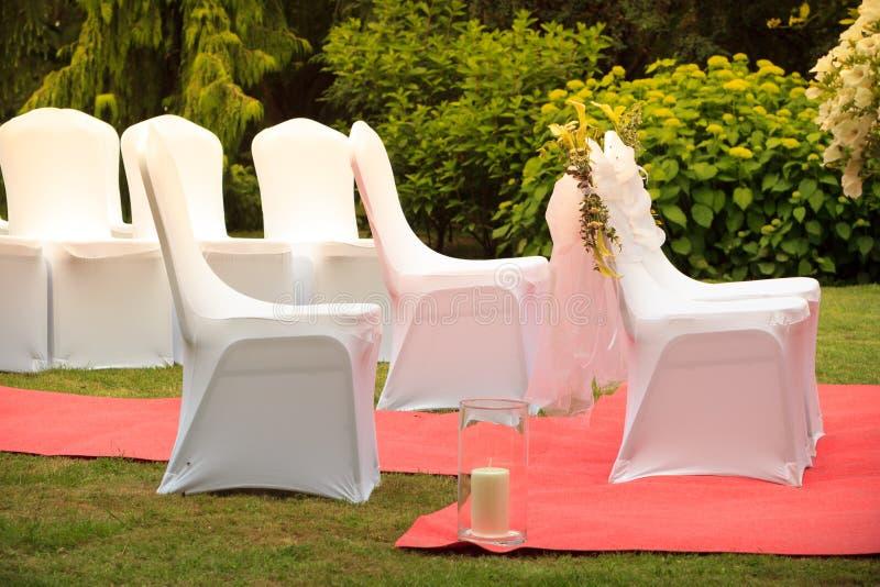 Dużo poślubia krzesła z białymi eleganckimi pokrywami zdjęcie royalty free
