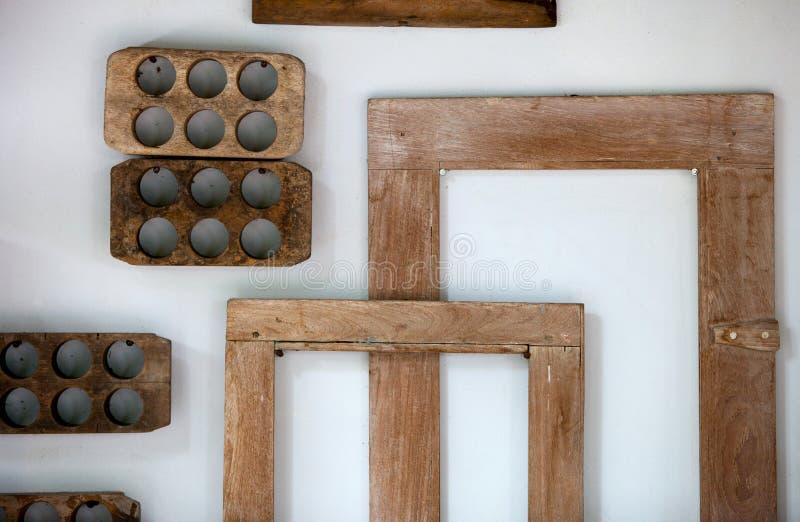 Dużo stara drewniana rama od prostokątnej i round abstrakci na ścianie fotografia stock