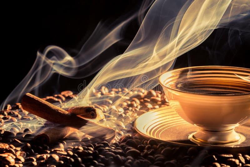 Duży aromat kawa od małej filiżanki obraz royalty free