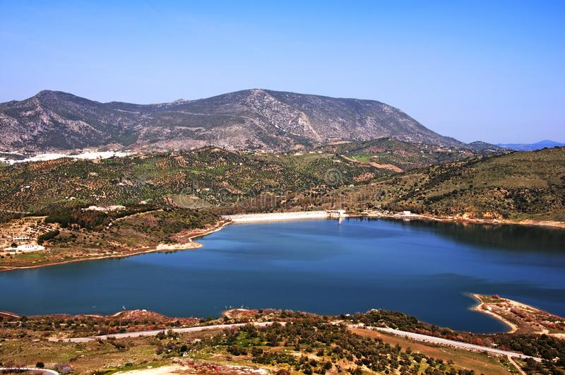 Duży błękitny jezioro otaczający górami, drzewa oliwne, wiosna fotografia stock