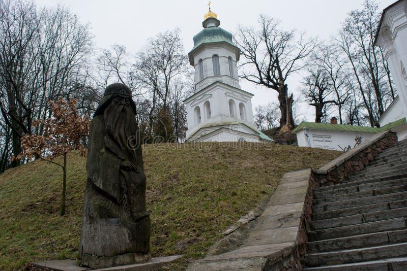 Duży biały antyczny kościół chrześcijański z krzyżami, zieleń idol blisko schodków, dachowy i drewniany zdjęcia stock