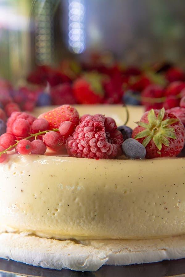 Duży biały lody wanilii tort z świeżymi czerwonymi lasowymi jagodami zdjęcia royalty free