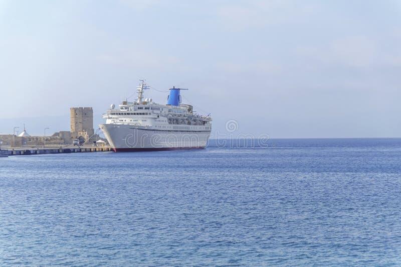 Duży biały statek wycieczkowy dokował przy marina czekania pasażerami zdjęcia royalty free
