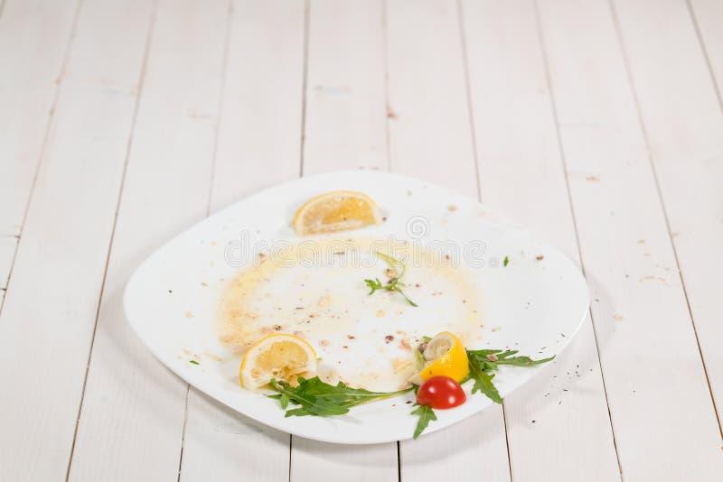 Duży brudzi talerza na białym tle fotografia royalty free