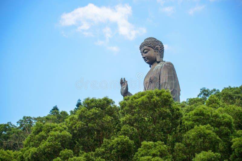 Duży Buddha w Hong Kong w zielonym lesie na tle piękny niebieskie niebo z bufiastymi chmurami w światło słoneczne dniu obraz royalty free