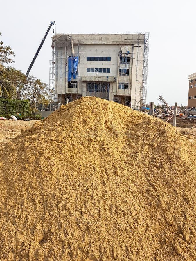 Duży budowa piasek z pracownikiem na budowa budynku zdjęcia stock