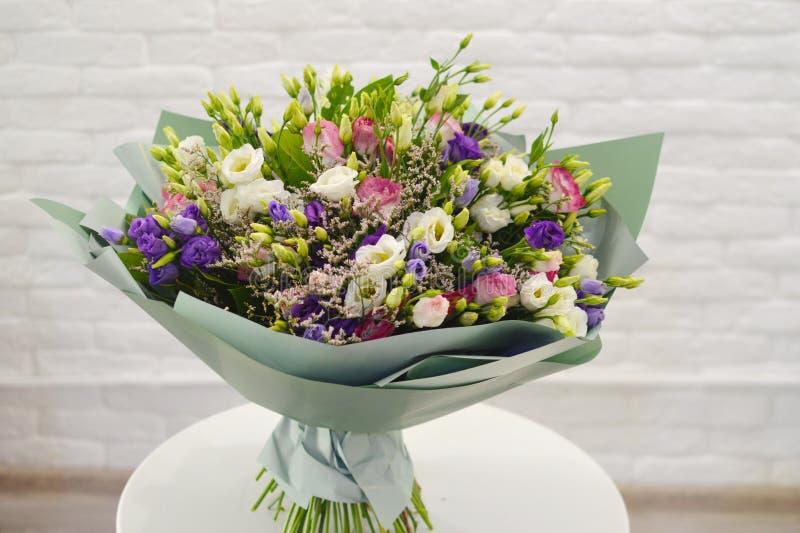 Duży bukiet dzicy dzicy kwiaty w salonie kwiaty zdjęcia stock