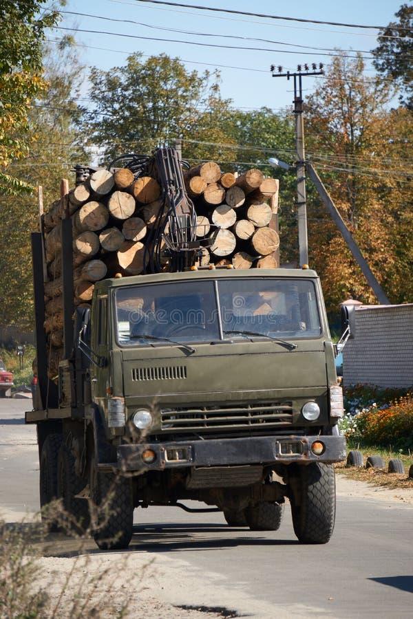 Duży ciężarowy pełny drewniane bele zdjęcie royalty free