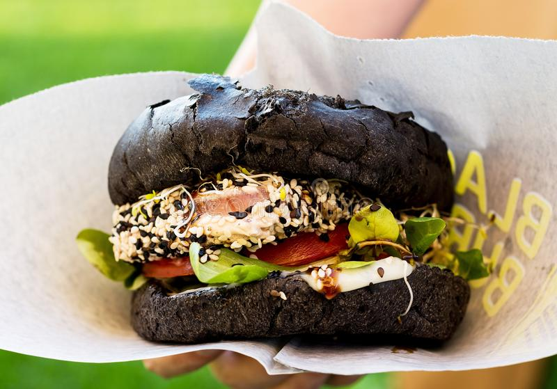Duży czarny hamburger z tuńczykiem zdjęcia stock
