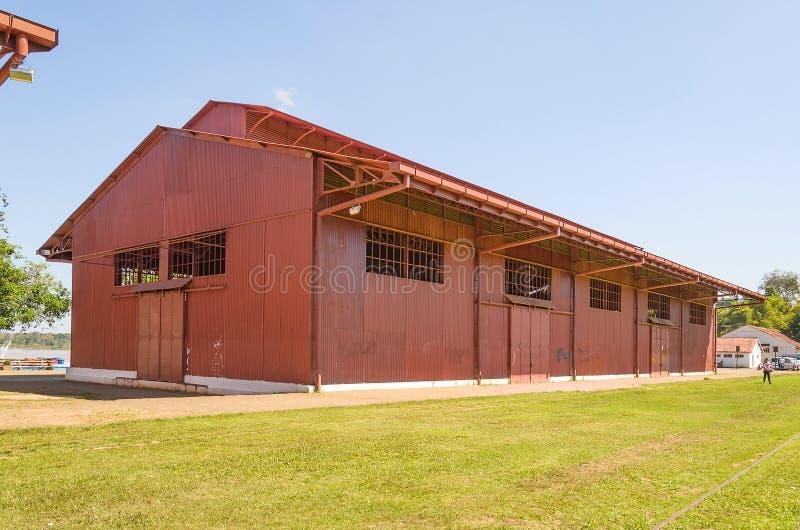 Duży czerwony hangar na Estrada De Ferro madera zdjęcia royalty free