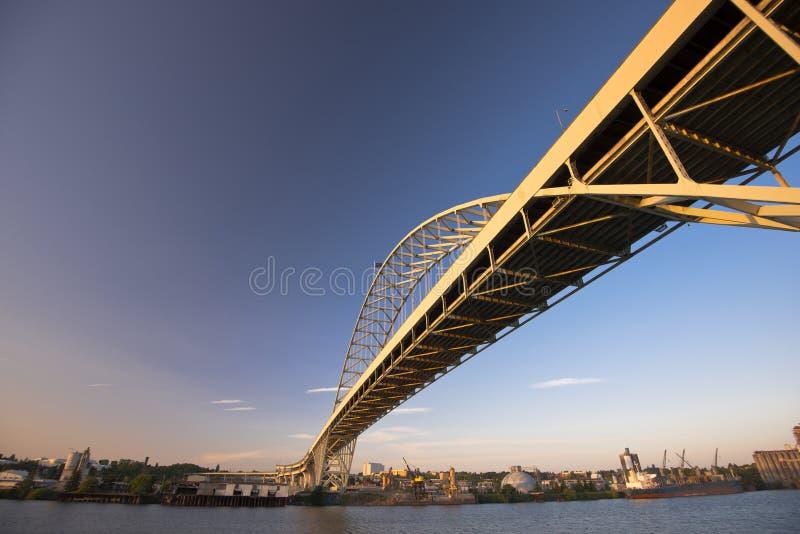 Duży długi metal wysklepiał most przez Willamette rzekę zdjęcia stock
