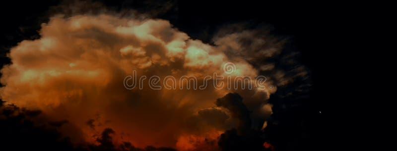 Duży dramatyczny burzy chmury prawdopodobnie cumulonimbus przy lata twylight obok małej księżyc na prawej stronie zdjęcie royalty free