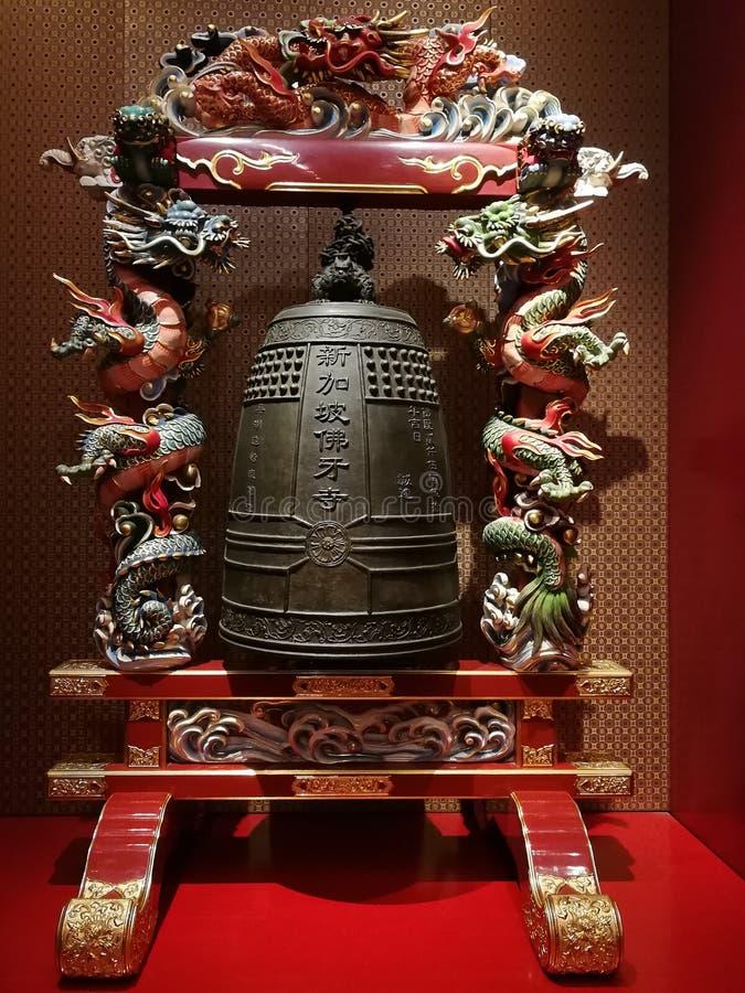 duży dzwon w poparciu dekorował z tradycyjnych chińskie smokami zdjęcie stock