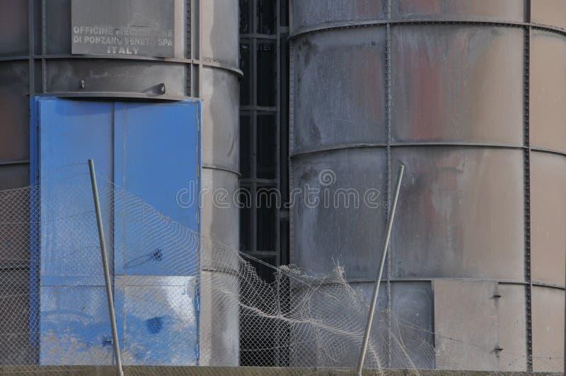 Duży Żelazny komin z przemysłowym metalu tłem zdjęcie royalty free