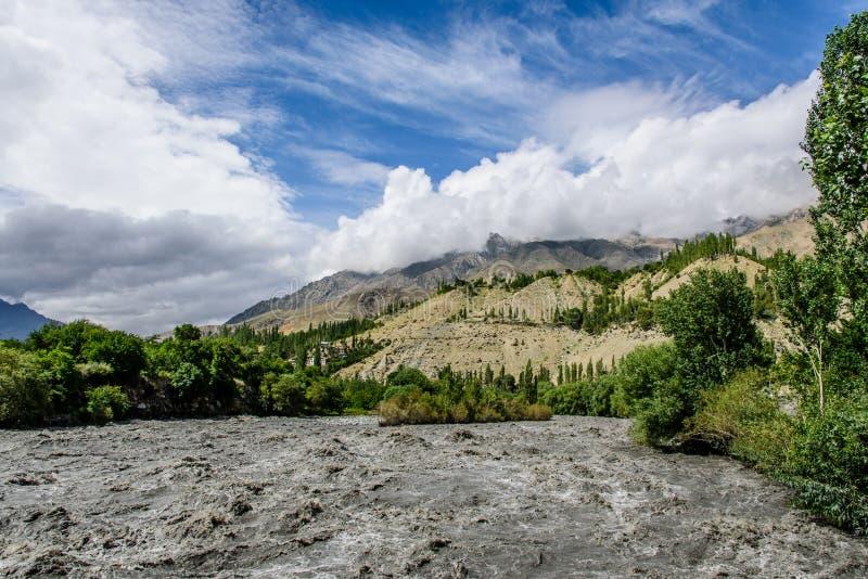 Download Duży Falowy Rzeczny Powódź Problem Przy Sonamarg Zdjęcie Stock - Obraz złożonej z silny, duży: 57674196