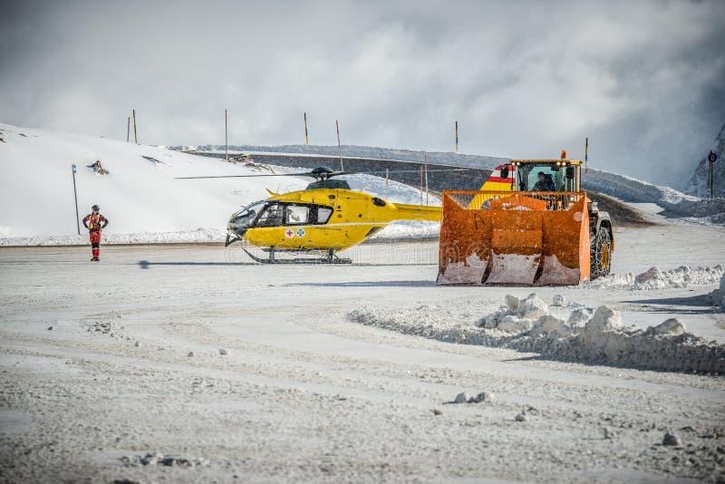 Duży frontowy ładowacz, ratowniczy helikopter i pilot w Solden, Austria obraz stock