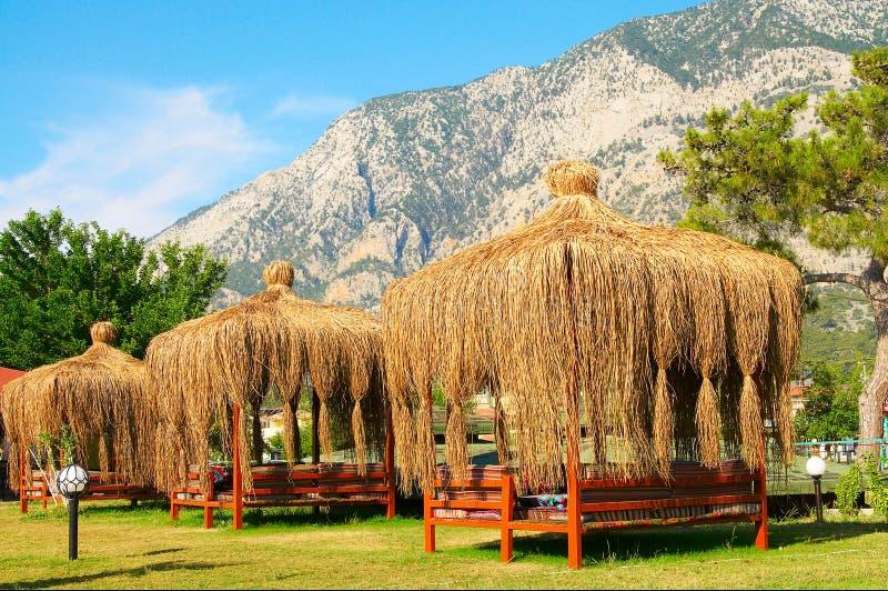 duży góry zbliżać summerhouses zdjęcie stock