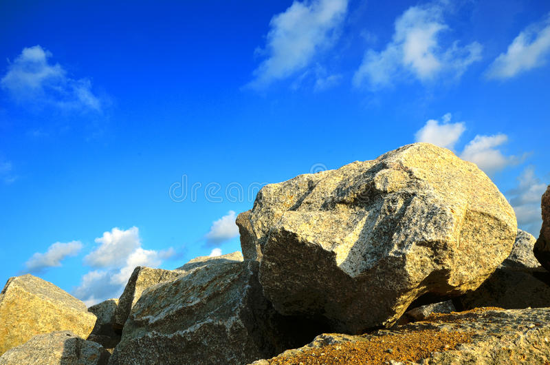 Duży głazu kamień z nieba błękita tłem II obrazy stock