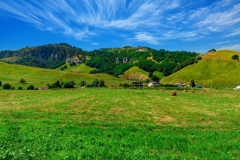 Duży gospodarstwo rolne przy stopą zieleni wzgórza zdjęcie stock