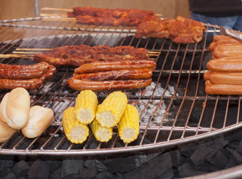 Duży grill z posiłkiem, chlebem, kukurudzą i wiener, obraz royalty free