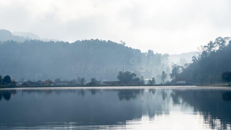Duży jezioro w górzystym terenie obrazy royalty free