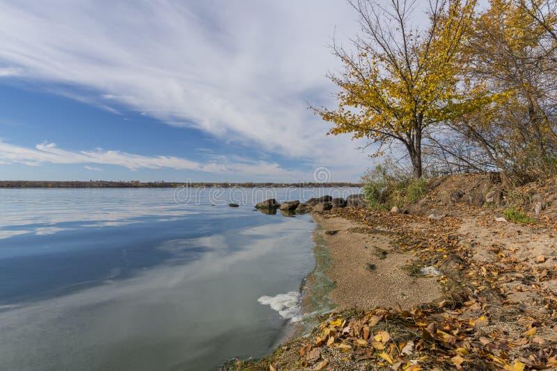 Duży Kamienny jezioro W jesieni zdjęcia stock