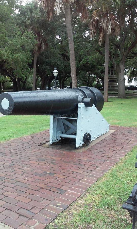 Duży kanon w parku baterii fotografia stock