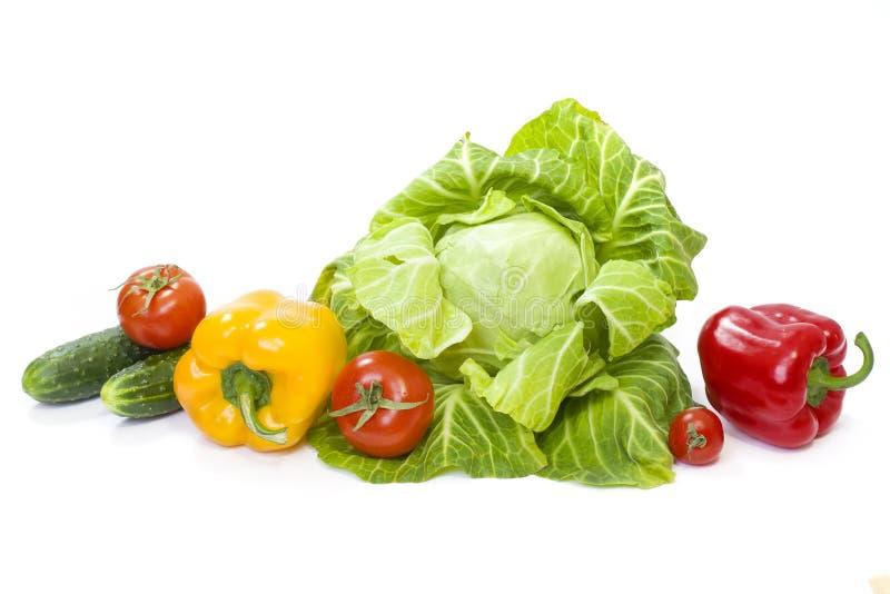 duży kapusty zieleni głowy warzywa Kolor żółty pieprz Czerwoni pomidory i ogórki na białym tle Skład od różnych warzyw na białym  zdjęcia stock