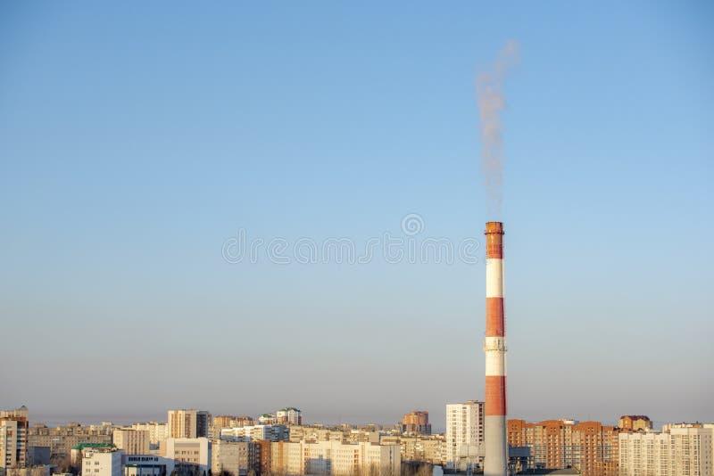Duży komin od którego przychodzi dym obraz royalty free