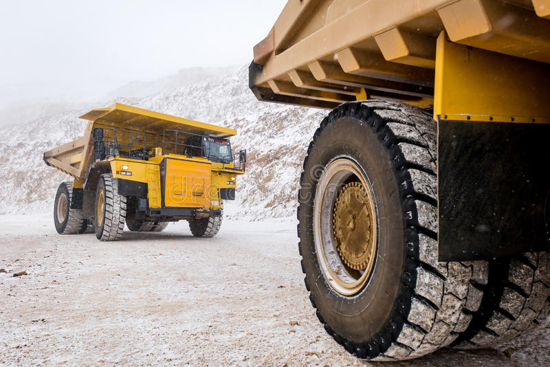 duży kopalnictwa ciężarówki kolor żółty obrazy royalty free