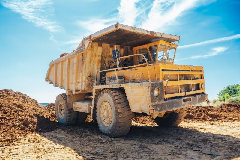 duży kopalnictwa ciężarówki kolor żółty fotografia stock