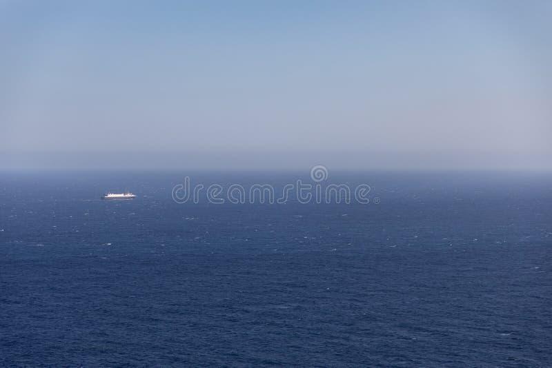 Duży krążownik łódkowaty na horyzoncie daleko zdjęcia royalty free