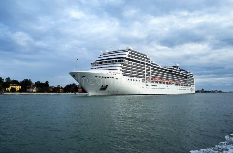 Duży krążownik żegluje od Wenecja zdjęcie royalty free